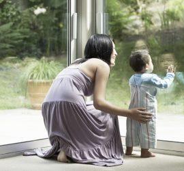 Niños y ventana de pvc